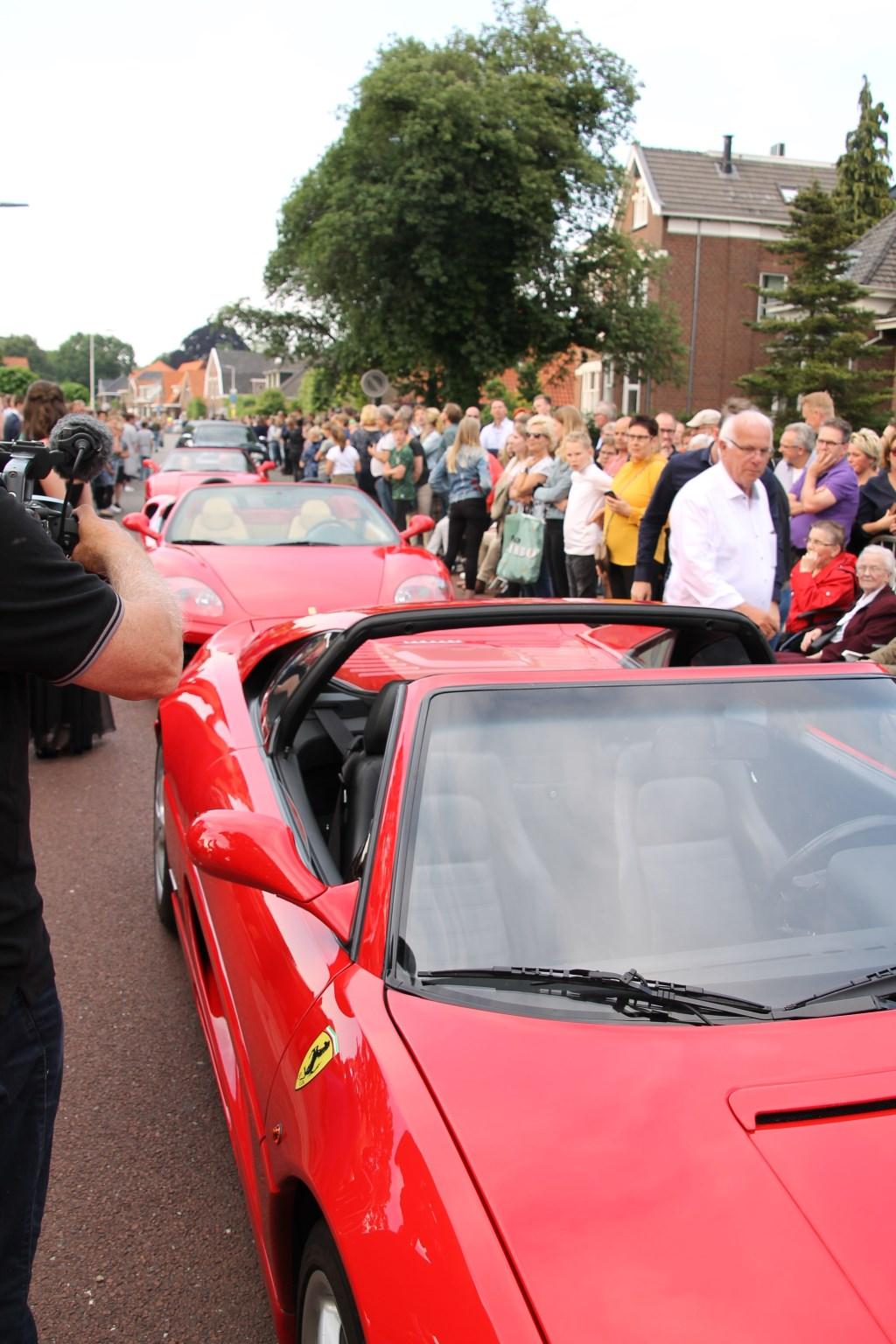 File aan Ferrari's op de Lievelderweg.  © Achterhoek Nieuws b.v.