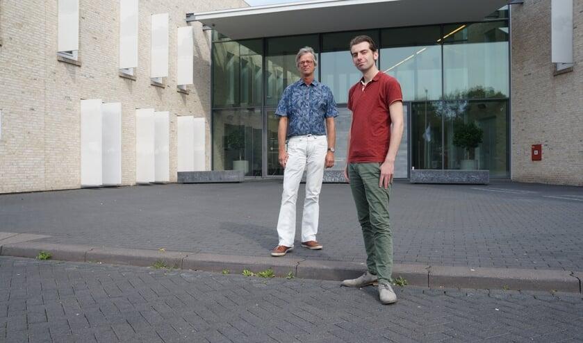 Wethouder Paul Hofman (rechts) en duurzaamheidscoördinator Erik Mol van de gemeente Bronckhorst voor het duurzame gemeentehuis in Hengelo Gld. Foto: Achterhoek Onderneemt Duurzaam