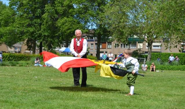 De oudste en de jongste vendelier in een spontaan optreden. Foto: Sven Hans