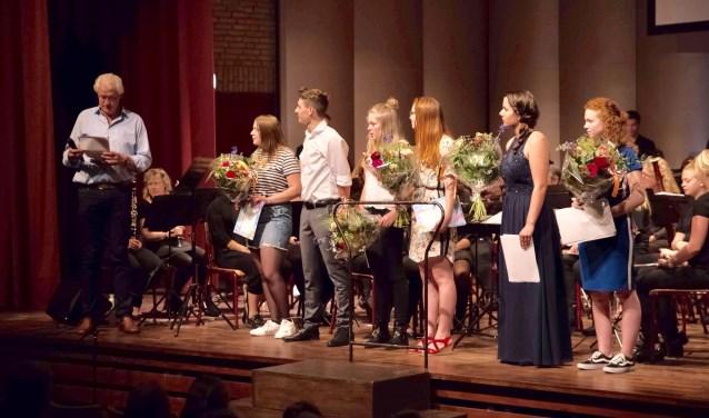 De examenkandidaten worden toegesproken door docent Bert Roerdinkholder. Foto:Jan Tenbergen