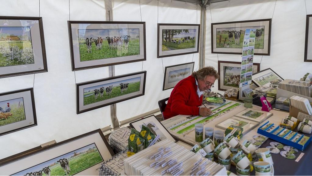 Wiebe van der Zee aan het werk met zijn schilderwerken. Foto: Henk van Raaij Foto: Henk van Raaij © Achterhoek Nieuws b.v.
