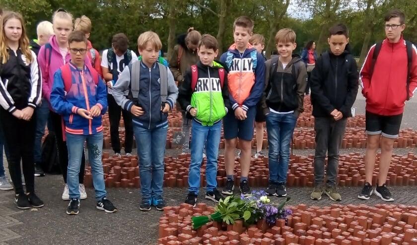 Een gids leidde de leerlingen - langs de wagons, barak 56, het Nationaal Monument Westerbork en de 102.000 stenen. Foto: PR.