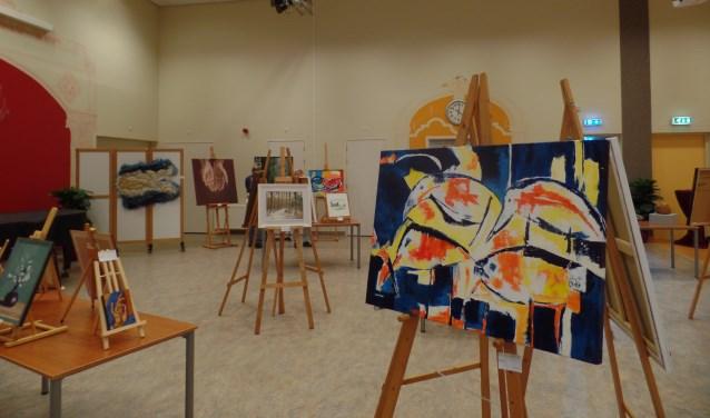 In de grote zaal van 't Kulturhus in Ruurlo was een overzichtstentoonstelling van werken. Foto: Jan Hendriksen