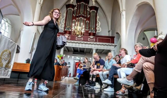 De modeshow zou aanvankelijk buiten plaatsvinden, maar verplaatste vanwege het regenachtige weer naar de Remigiuskerk. Foto: Luuk Stam
