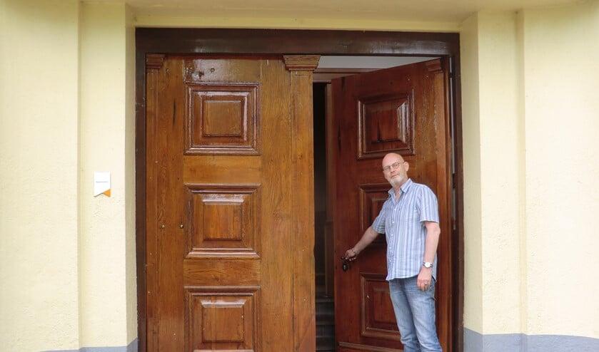 Theo Menting bij de deur van de Sint Maartenkerk. Foto: Walter Hobelman