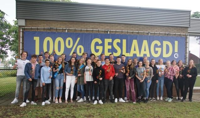 Alle geslaagden van Schaersvoorde Dinxperlo, die samen zorgden voor de prachtige 100 procent-score. Foto: Frank Vinkenvleugel