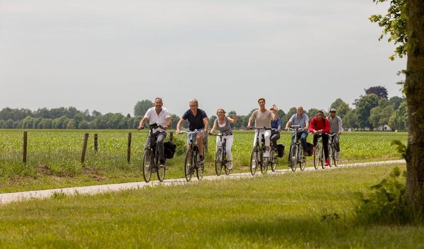 De fietsers genoten van het mooie weer en de fraaie route. Foto: Ilse Bekker