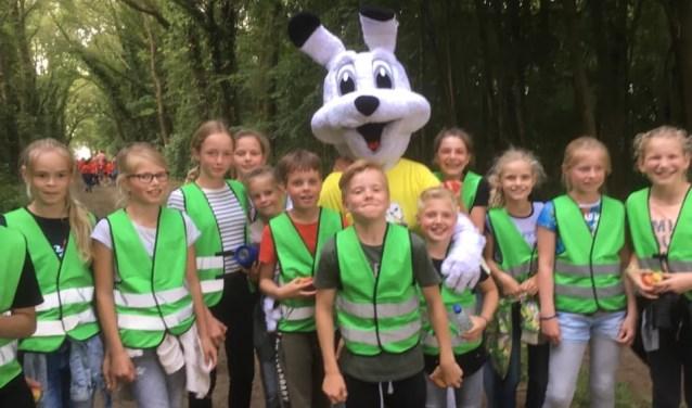 Leerlingen van school De Driesprong met de Ruurlose mascotte Rupo. Foto: PR.