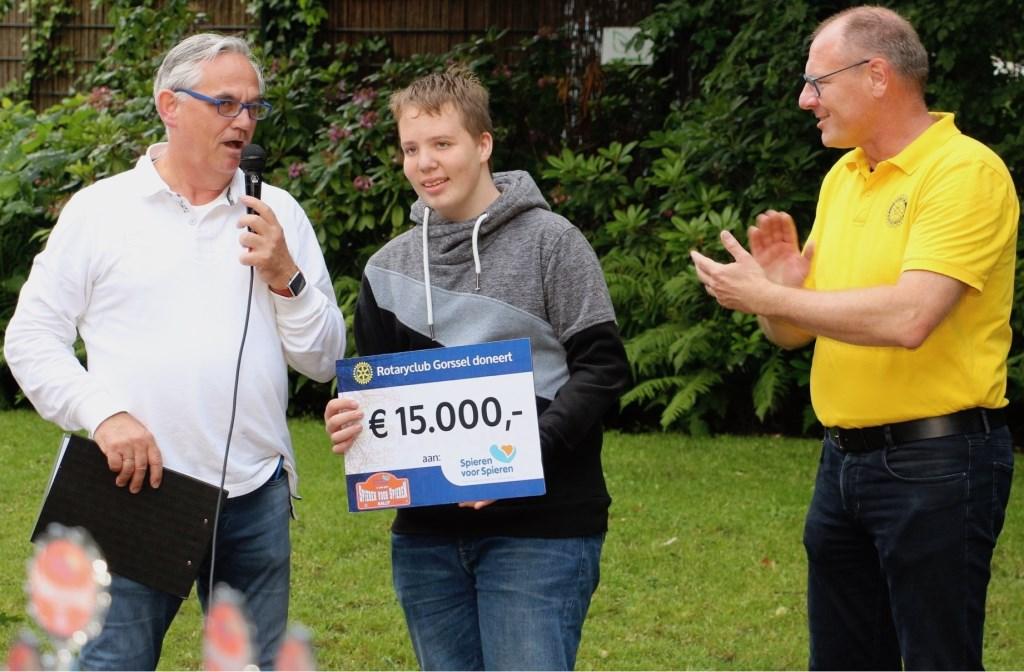 Milan Altena (14) uit Zutphen ontvangt de cheque van organisatoren Dietmar Serbee (r) en Arjen van der Sar van Rotary Gorssel. Foto: PR