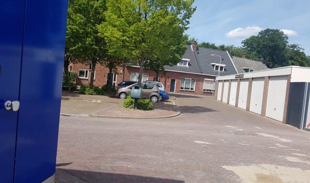 De kruising bij de Walstraat wordt een week lang afgesloten voor alle verkeer. Klanten van Albert Heijn kunnen alleen via de Beltrumsestraat op de parkeerplaats komen. Foto: Kyra Broshuis