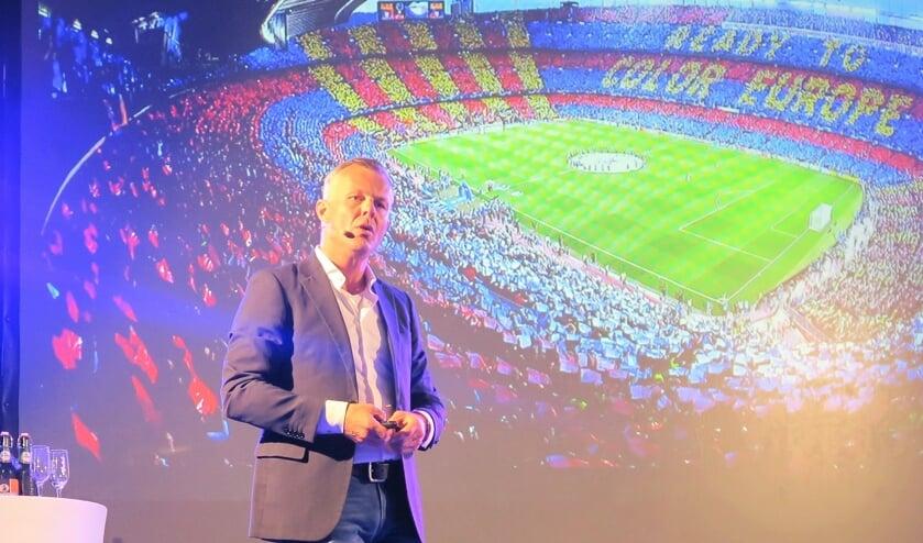 Topscheidsrechter Björn Kuipers weet de show te stelen tijdens de sponsoravond van S.V. Grol. Foto: Theo Huijskes