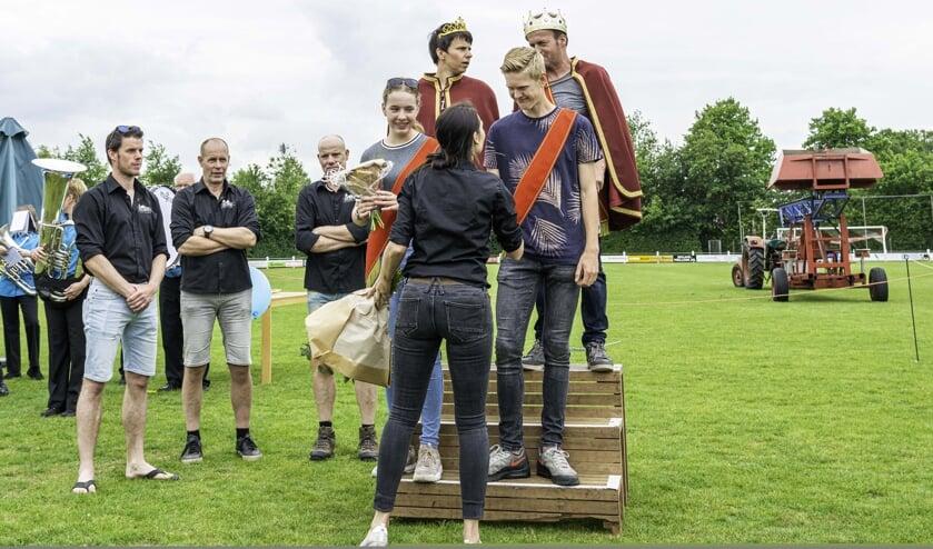 Tim Leemreize wordt geïnstalleerd als prins. Links naast hem prinses Marit Luttikholt. Achter Marit en Tim koningin Carola Kolkman en koning Rudi Krabben. Foto: Wout Klein Goldewijk