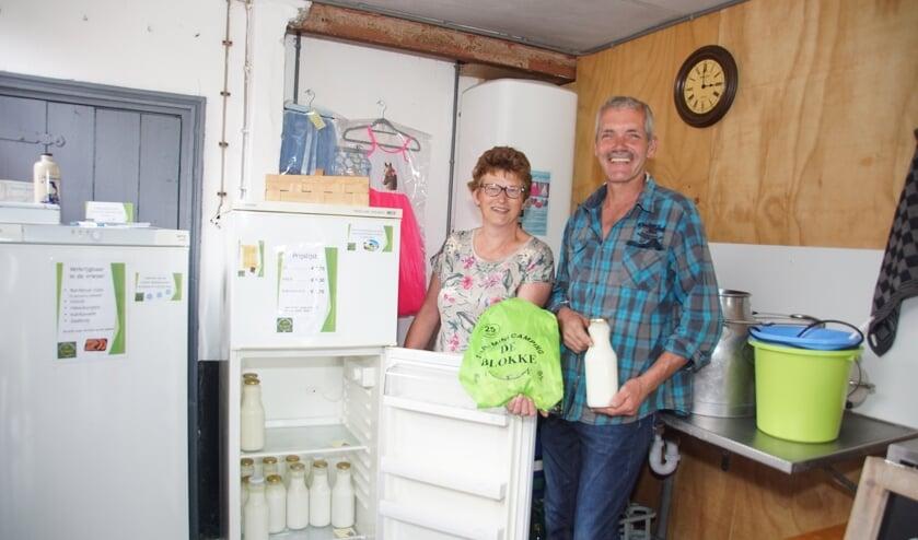 Hans en Ingrid in het winkeltje op hun zilveren boerderijcamping De Blökke. Foto: Frank Vinkenvleugel