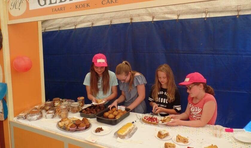Anieck ter Veer, Sanne Stokkers, Fleur Kanters en Gwen Baars (v.l.n.r.)  verkochten zondag vanuit een nieuwe gebakkraam hun eigen gemaakt baksels. Foto: Jan Hendriksen