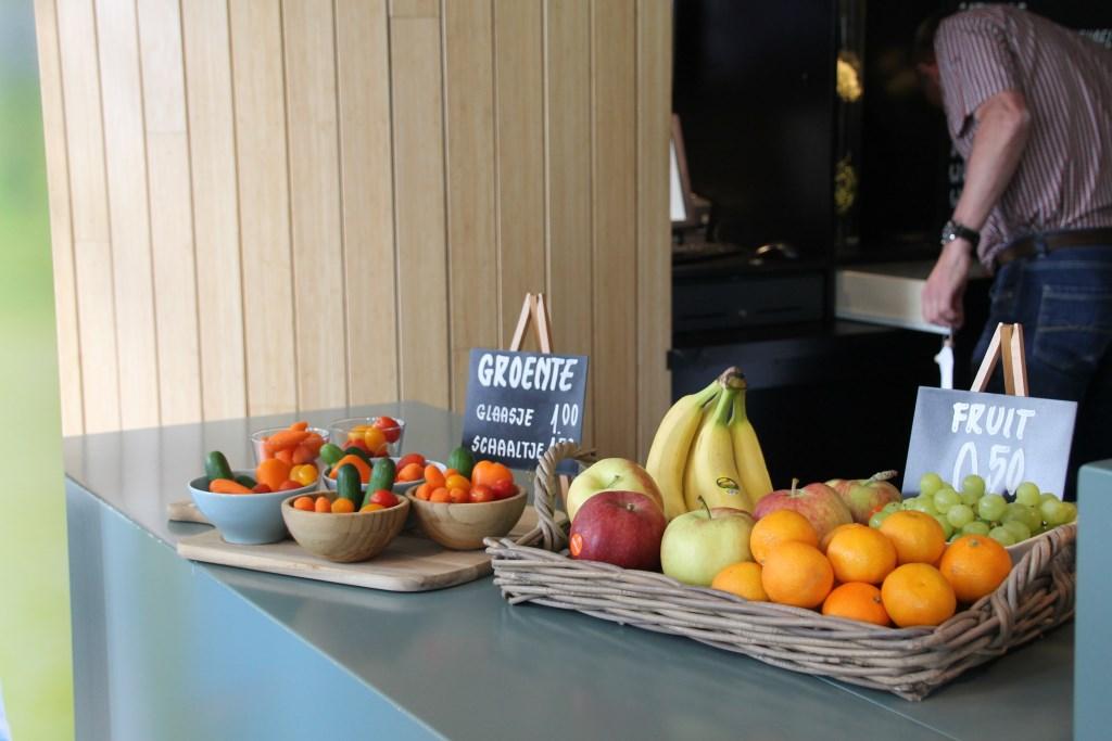 Groente en fruit prominent op de balie. Foto: Annekée Cuppers  © Achterhoek Nieuws b.v.