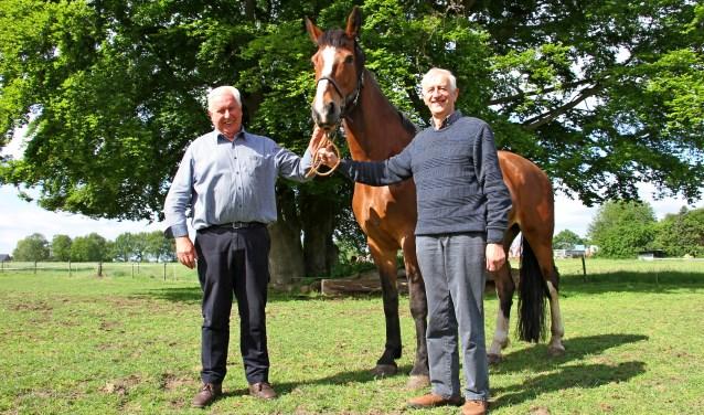 Paardenliefhebbers Tonnie Harmsen (l.) en Joop Wesselink, hier bij Erika van Gert Harmsen, zijn trouwe leden en vrijwilligers van In Stap en Draf. Foto: Liesbeth Spaansen