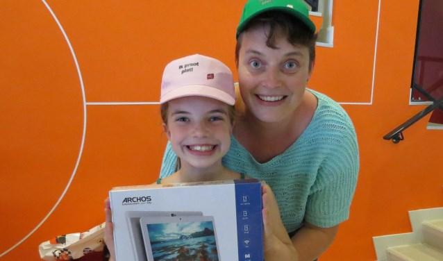 Jolijn Sessink die de tablet bij de afsluiting van Wiesneus won, samen met haar moeder Ilona. Foto: Josée Gruwel