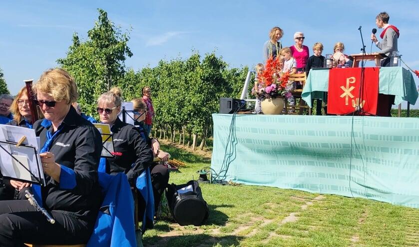 De aanwezige kinderen gingen na een gesprekje met de dominee op speurtocht door de boomgaard van Horstink. Foto: PR