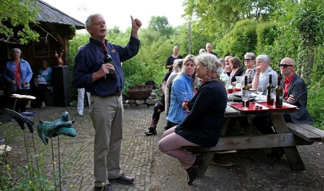 Henk Takken van Wijngoed Kranenburg vertelt de kunstenaars van de kunst4daagse over zijn wijnen. Foto: Achterhoekfoto.nl/Liesbeth Spaansen