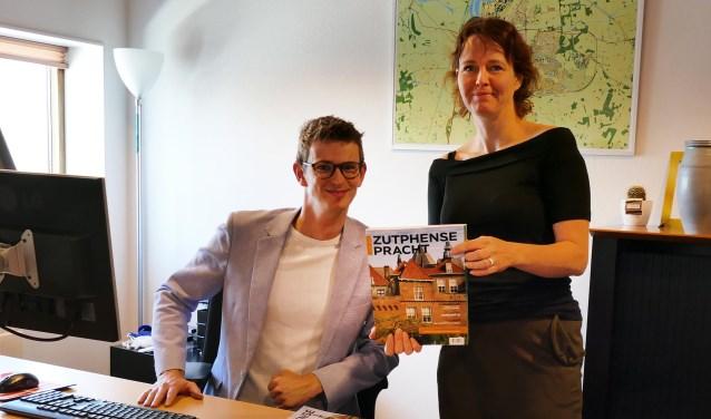 Hoofdredacteur Brigiet Bluiminck wethouder Mathijs ten Broeke op zijn werkkamer met de nieuwste editie van Zutphense Pracht. Foto: PR