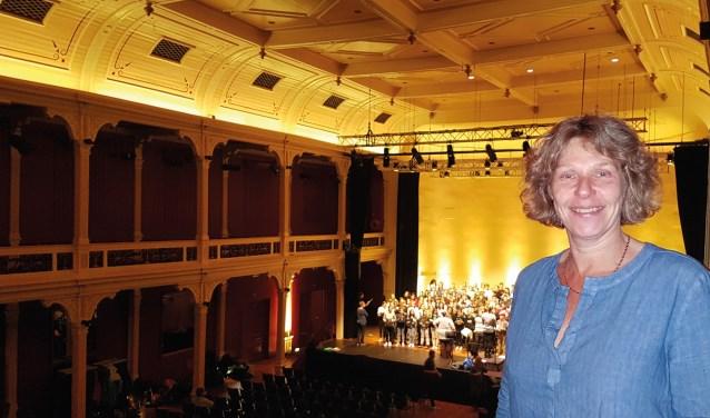 Silvia Heyl in de Buitensociëteit met op de achtergrond het koor van de Vrije School. Foto: PR
