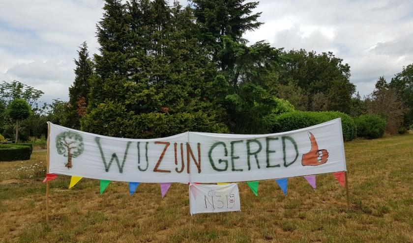 De spandoeken zijn geplaatst om de Ruurloërs te bedanken voor de steun aan het burgerinitiatief voor het behoud van de honderden bomen langs de Groenloseweg. Foto: PR.