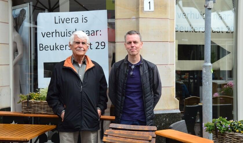 Jan Burger en Han Nieuwenhuis van Stichting Stadsduiven Zutphen voor het winkelpand van de voormalige Livera aan de Sprongstraat. Foto: Alize Hillebrink