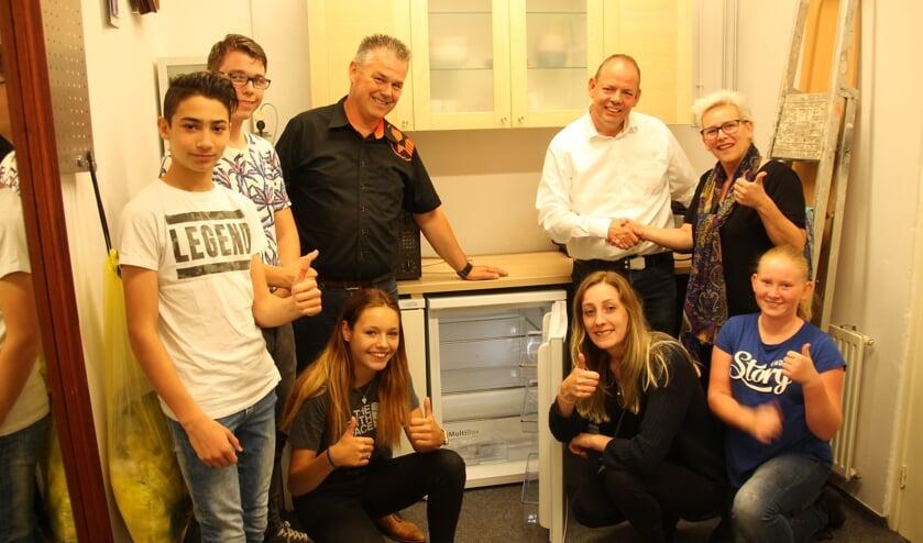 Blij met de koelkast voor Jimmy's. Rechts achteraan Harry Niemeijer en Veronica Kasteel.  Foto: Lydia ter Welle