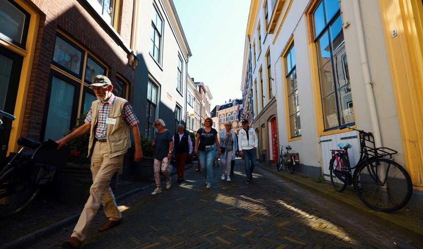 Een gids laat deelnemers tijdens de wandeling bijzondere plekken in de binnenstad van Zutphen ontdekken. Foto: PR