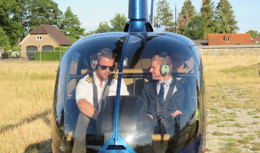 Seb van Dijk naast de piloot in de helikopter. Foto: Bert Vinkenborg