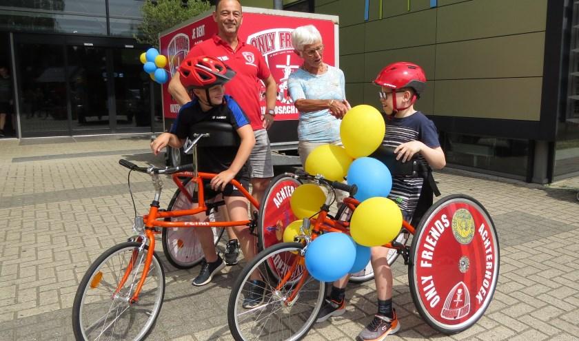 Voorzitter Ankie Beugel van de Soroptimisten maakt Ton Seegers en de kids Daan en Daan van Only Friends Achterhoek blij met een tweede racerunner. Foto: Josée Gruwel