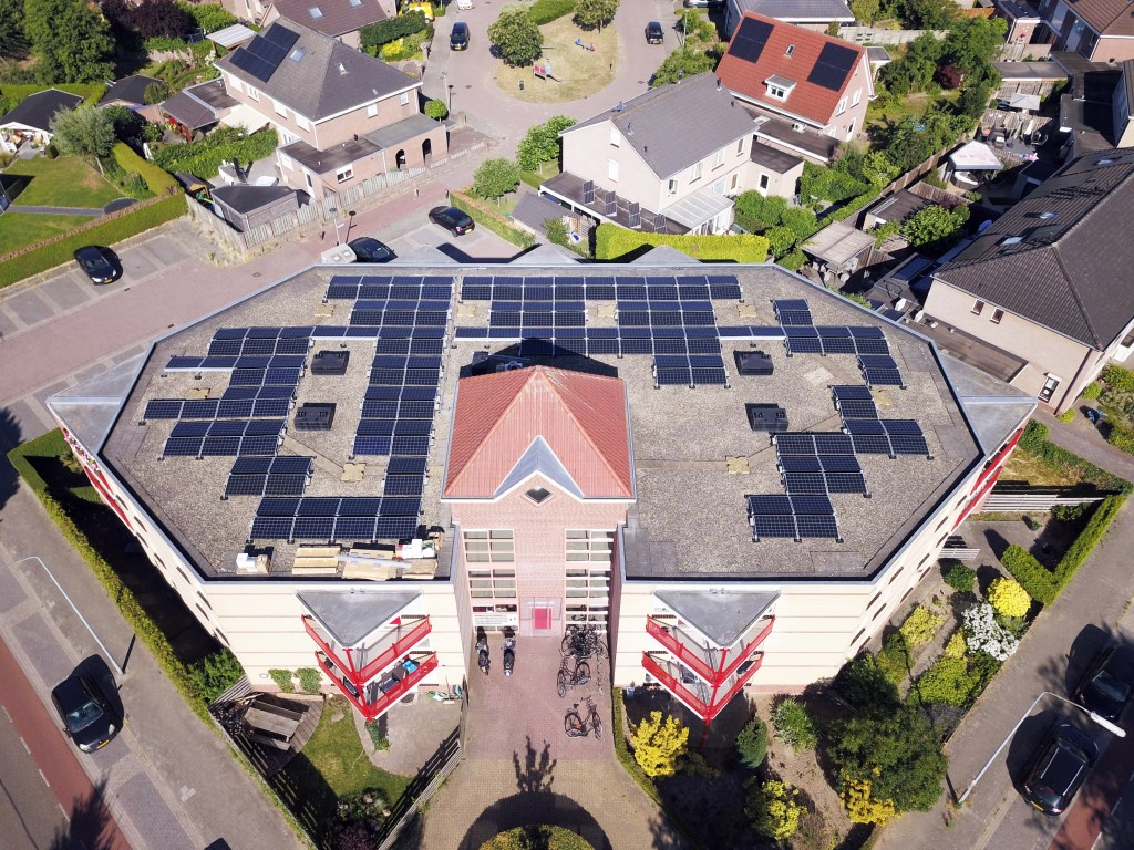 De zonnepanelen op het dak aan de Singel. Foto: Gelderdrone Didam  © Achterhoek Nieuws b.v.