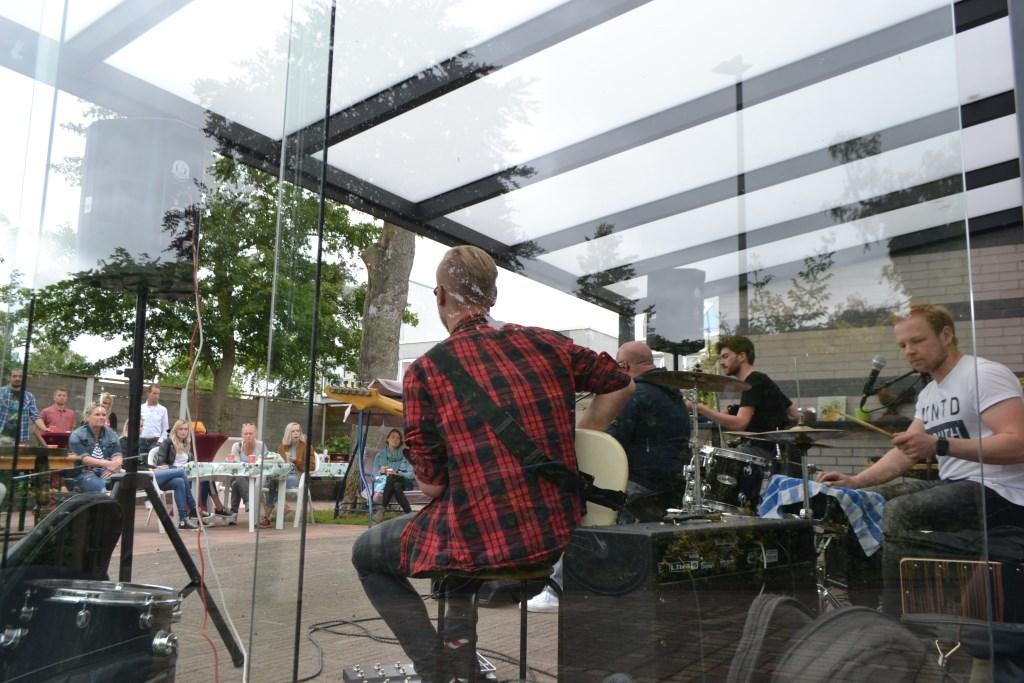 AliceD luisterde de tuin aan de Berberislaan op met akoestisch rockrepertoire. Foto: Leander Grooten  © Achterhoek Nieuws b.v.