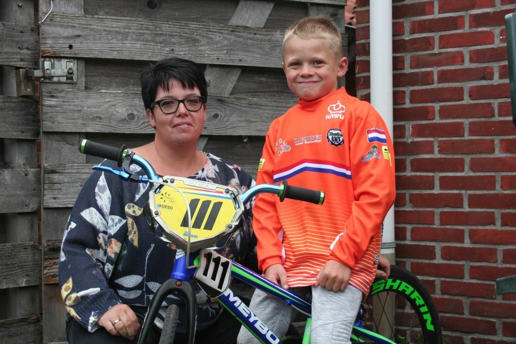 Stijn en zijn moeder Wilma Dreijers. Foto: Verona Westera  © Achterhoek Nieuws b.v.