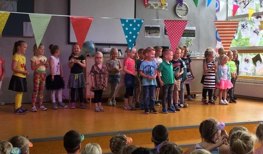 De kinderen bezorgen juf Diana een leuke laatste schooldag. Foto: eigen foto