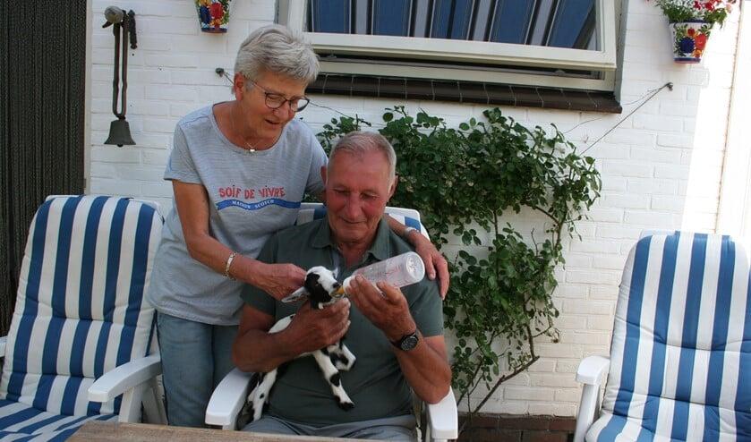 Bartje krijgt om de drie uur zijn flesje melk van Benny en Thea Tangelder. Foto: PR