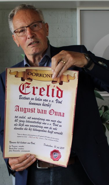 August van Onna met de oorkonde. Foto: John van der Kamp