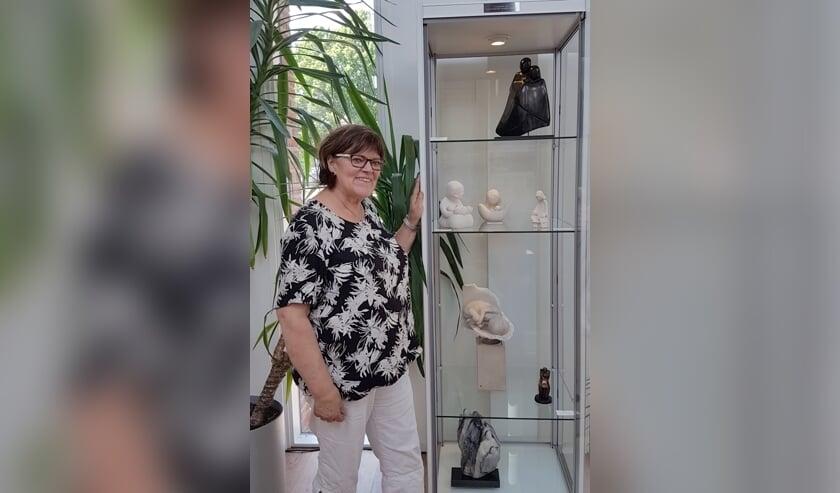 Nell van de Looij bij de vitrine met haar werk. Foto: PR