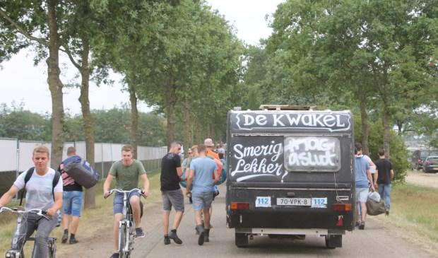 Drukte op de smalle wegen naar de festivalcamping. Foto: Annekée Cuppers  © Achterhoek Nieuws b.v.