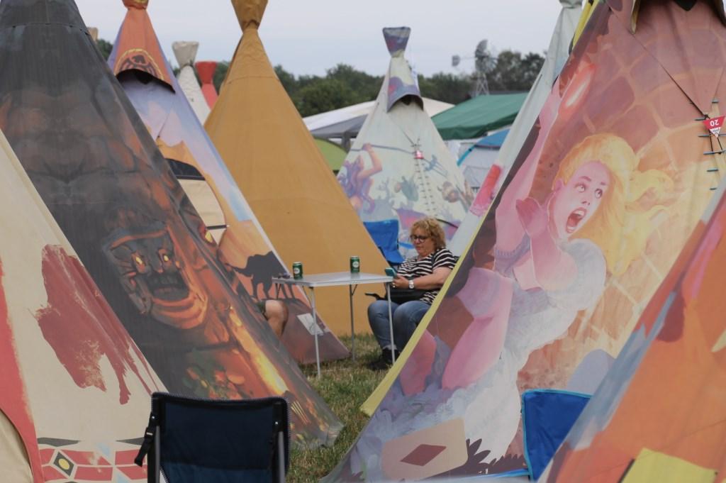 Effe relax bij de tent. Foto: Annekée Cuppers  © Achterhoek Nieuws b.v.