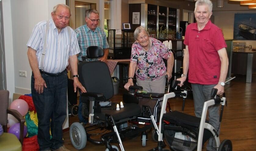 De rolstoel is onthuld door van links af Bennie Lammers, Hans Bulsink, Jo Vrieze en Hans Westerveld. Foto: Frank Vinkenvleugel