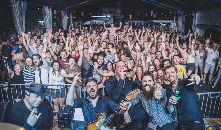 Opschaakl'n! met v.l.n.r. Rob Wiersma (bas), Mark Willems (gitaar), Winand Jansen (zang), Ruben Smits (gitaar), Edgar Ooijman (drums) met het publiek in de feesttent. Foto: Matthijs Weenk