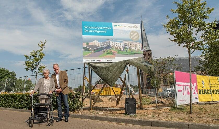 Mevrouw van der Hoorn heeft het bouwbord en daarmee de nieuwe naam onthuld: De Oevelgunne. Foto: Gewoon Hekman