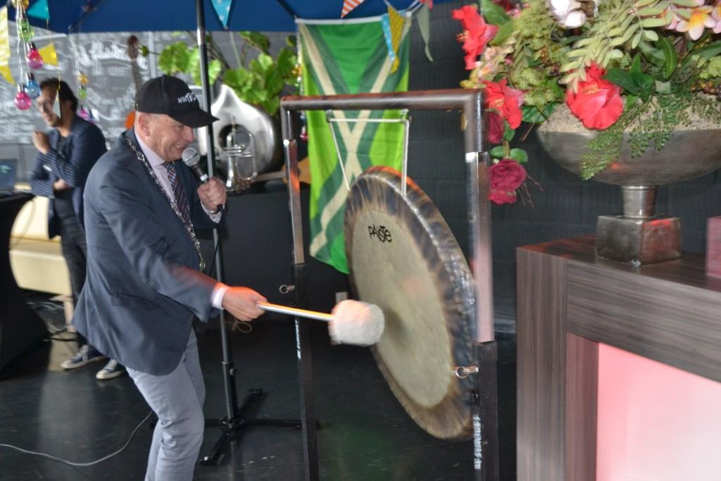 Loco-burgemeester Aalderink opent in Theater de Storm het festival met een gongslag. Foto: Leander Grooten  © Achterhoek Nieuws b.v.