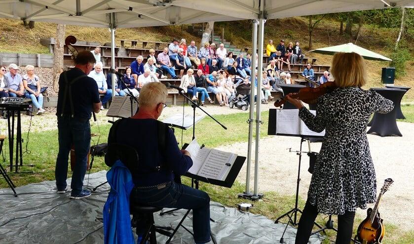 Muziek, hapjes en drankjes zorgen Oost-Europese sferen in Natuurtheater Zeddam. Foto: Jan Kraaijenbrink