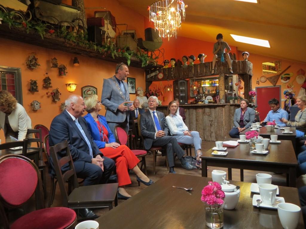 Burgemeester Stapelkamp heet de commissaris van de koning welkom. Foto: Bernhard Harsfterkamp Foto:  © Achterhoek Nieuws b.v.
