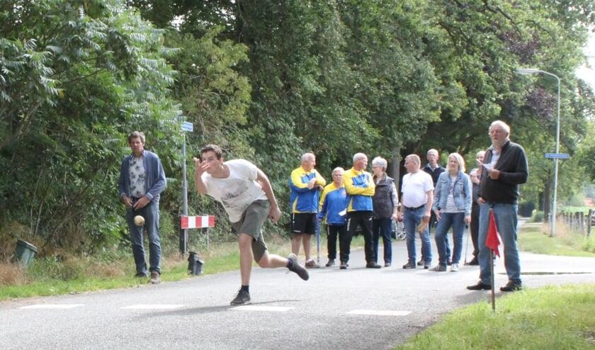 Frank Scheffer in actie tijdens de klootschietmarathon in Delden. Foto: PR.