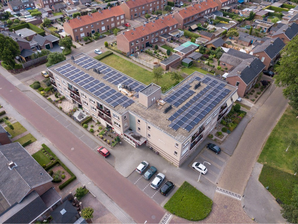 De zonnepanelen op het pand aan de Ludgerusstraat. Foto: Gelderdrone Didam  © Achterhoek Nieuws b.v.
