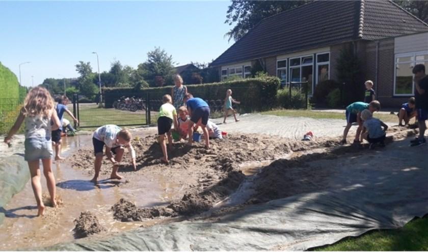 De kinderen konden zich naar hartenlust uitleven op het Kranenburgse schoolpein. Foto: PR