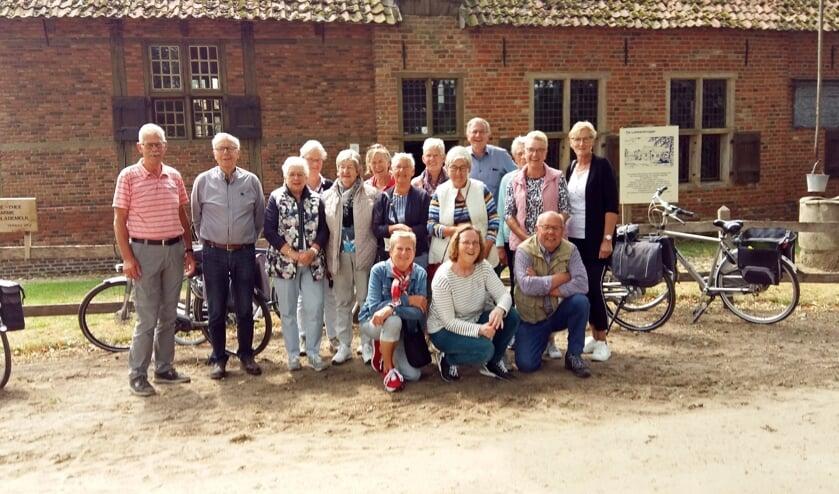 Leden van KBO Keijenborg fietsten door de Achterhoek en bezochten Museumboerderij De Lebbenbrugge. Foto: PR